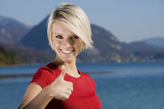 Красивый давать женщины большие пальцы руки вверх Стоковые Изображения