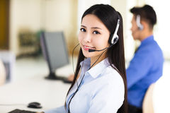 Красивый агент центра телефонного обслуживания работая в офисе Стоковые Изображения