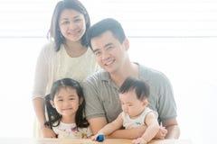 Красивый азиатский портрет семьи стоковое изображение
