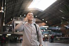 Красивый азиатский человек используя чернь в вокзале стоковая фотография rf