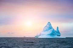 Красивый айсберг в icefjord на заходе солнца, Гренландии Ilulissat стоковые фотографии rf