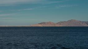 Красивый ландшафт вечера timelapse моря и гор сигналит внутри динамический Взгляд вечера Красного Моря Шлюпка в море акции видеоматериалы