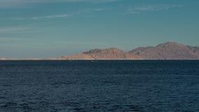 Красивый ландшафт вечера timelapse моря и гор сигналит внутри динамический Взгляд вечера Красного Моря Шлюпка в море сток-видео