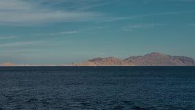 Красивый ландшафт вечера timelapse моря и гор слева направо Взгляд вечера Красного Моря шлюпка в видеоматериал