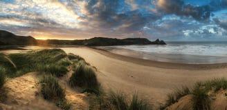 Красивый ландшафт восхода солнца лета над желтым песчаным пляжем Стоковые Фотографии RF