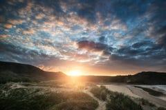 Красивый ландшафт восхода солнца лета над желтым песчаным пляжем Стоковые Фото