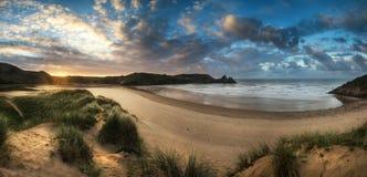 Красивый ландшафт восхода солнца лета над желтым песчаным пляжем Стоковые Изображения