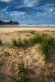 Красивый ландшафт восхода солнца лета над желтым песчаным пляжем Стоковая Фотография RF