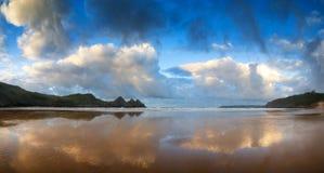 Красивый ландшафт восхода солнца лета над желтым песчаным пляжем Стоковое Изображение RF