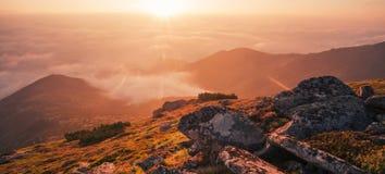 Красивый ландшафт восхода солнца Карпатов лета Стоковое Изображение RF