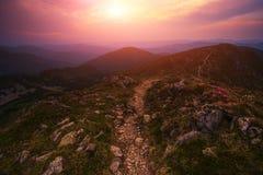 Красивый ландшафт восхода солнца Карпатов лета Стоковая Фотография RF
