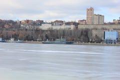 Красивый ландшафт в городе зимы река стоковое фото rf