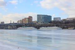 Красивый ландшафт в городе зимы река стоковое изображение rf