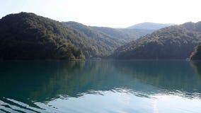 красивый ландшафт в национальном парке Plitvice от шлюпки сток-видео