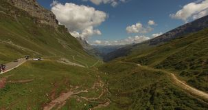 Красивый ландшафт горы, высокогорная дорога, Швейцария акции видеоматериалы