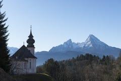 Красивый ландшафт горы в баварских Альпах с церковью паломничества массива Марии Gern и Watzmann на заднем плане Стоковая Фотография