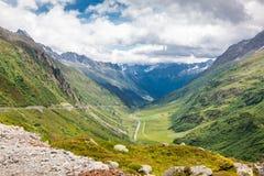 Красивый ландшафт горы в временени, дороге через mo стоковые изображения
