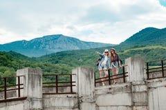 Красивый ландшафт горы, конкретный мост, 2 девушки Стоковое Фото