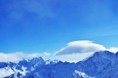 Красивый ландшафт горы с голубым небом, перемещаясь облаками, снегом выступает, трясет Стоковое фото RF