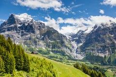 Красивый ландшафт горы с деревянным домом в временени, g стоковые фото