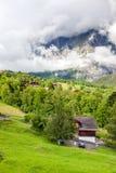 Красивый ландшафт горы с деревянным домом в временени, g стоковое фото rf