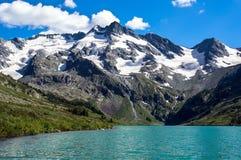 Красивый ландшафт горы с одной малой горой и озером Стоковые Фото