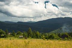 Красивый ландшафт гор в прикарпатском небо утеса панорамы гор озера красивейшего голубого brebeneskul прикарпатское высокое вверх Стоковые Фотографии RF