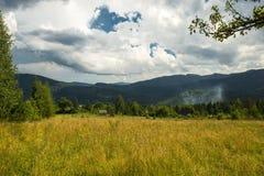 Красивый ландшафт гор в прикарпатском небо утеса панорамы гор озера красивейшего голубого brebeneskul прикарпатское высокое вверх Стоковые Изображения RF