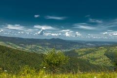 Красивый ландшафт гор в прикарпатском небо утеса панорамы гор озера красивейшего голубого brebeneskul прикарпатское высокое вверх Стоковые Фото