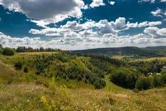 Красивый ландшафт гор в прикарпатском небо утеса панорамы гор озера красивейшего голубого brebeneskul прикарпатское высокое вверх Стоковые Изображения