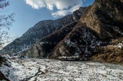 Красивый ландшафт гор Кавказа снежной зимы больших Солнечная погода, деревья заволакивает поля Азербайджана Стоковое Изображение