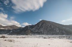 Красивый ландшафт гор Кавказа снежной зимы больших Солнечная погода, деревья заволакивает поля Азербайджана Стоковая Фотография