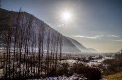 Красивый ландшафт гор Кавказа снежной зимы больших Солнечная погода, деревья заволакивает поля Азербайджана Стоковые Изображения