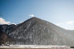 Красивый ландшафт гор Кавказа снежной зимы больших Солнечная погода, деревья заволакивает поля природы Азербайджана Стоковые Фото