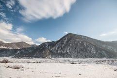 Красивый ландшафт гор Кавказа снежной зимы больших Солнечная погода, деревья заволакивает поля природы Азербайджана Стоковое Фото