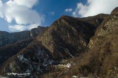 Красивый ландшафт гор Кавказа снежной зимы больших Солнечная погода, деревья заволакивает поля природы Азербайджана Стоковые Изображения RF