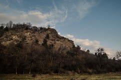 Красивый ландшафт гор Кавказа снежной зимы больших Солнечная погода, деревья заволакивает поля природы Азербайджана Стоковое Изображение RF