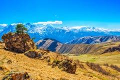 Красивый ландшафт гор Кавказа с облаками Стоковые Изображения RF
