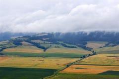 Красивый ландшафт гор осени, желтые поля и облачное небо Стоковая Фотография