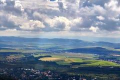 Красивый ландшафт гор осени, зеленые поля и облачное небо Стоковые Изображения RF
