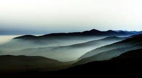 Красивый ландшафт гор от вершины холма с туманом Стоковые Изображения