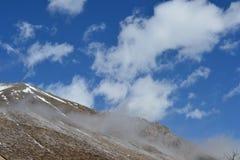 Красивый ландшафт гор с небом и облаками горы снежные Стоковая Фотография