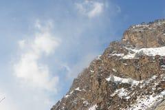 Красивый ландшафт гор с небом и облаками горы снежные Стоковое фото RF