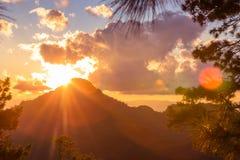 Красивый ландшафт лета с заходом солнца в горе Стоковое Изображение