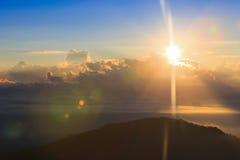 Красивый ландшафт лета с заходом солнца в горе Стоковые Изображения RF