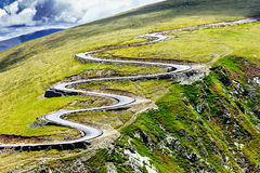 Красивый ландшафт лета с дорогой Transalpina Стоковое Изображение
