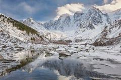 Красивый ландшафт зимы, горы Россия Altai Стоковое Изображение