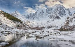 Красивый ландшафт зимы, горы Россия Altai Стоковые Фотографии RF