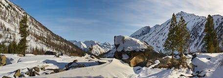 Красивый ландшафт зимы, горы Altai, Сибирь, Россия Стоковая Фотография