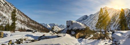 Красивый ландшафт зимы, горы Altai, Сибирь, Россия Стоковые Изображения